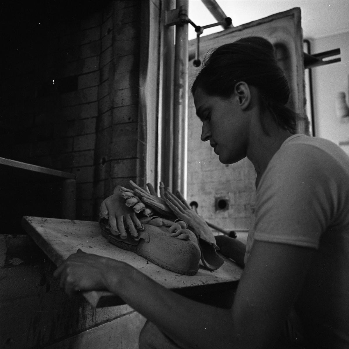 """Keramiker Kerstin Hörnlund med en skulptur. Troligen i ateljén i Åhuset. Läs Kerstins text """"Konstnärsliv i Arboga - möten och minnesbilder"""" i Arboga Minnes årsbok 1998."""