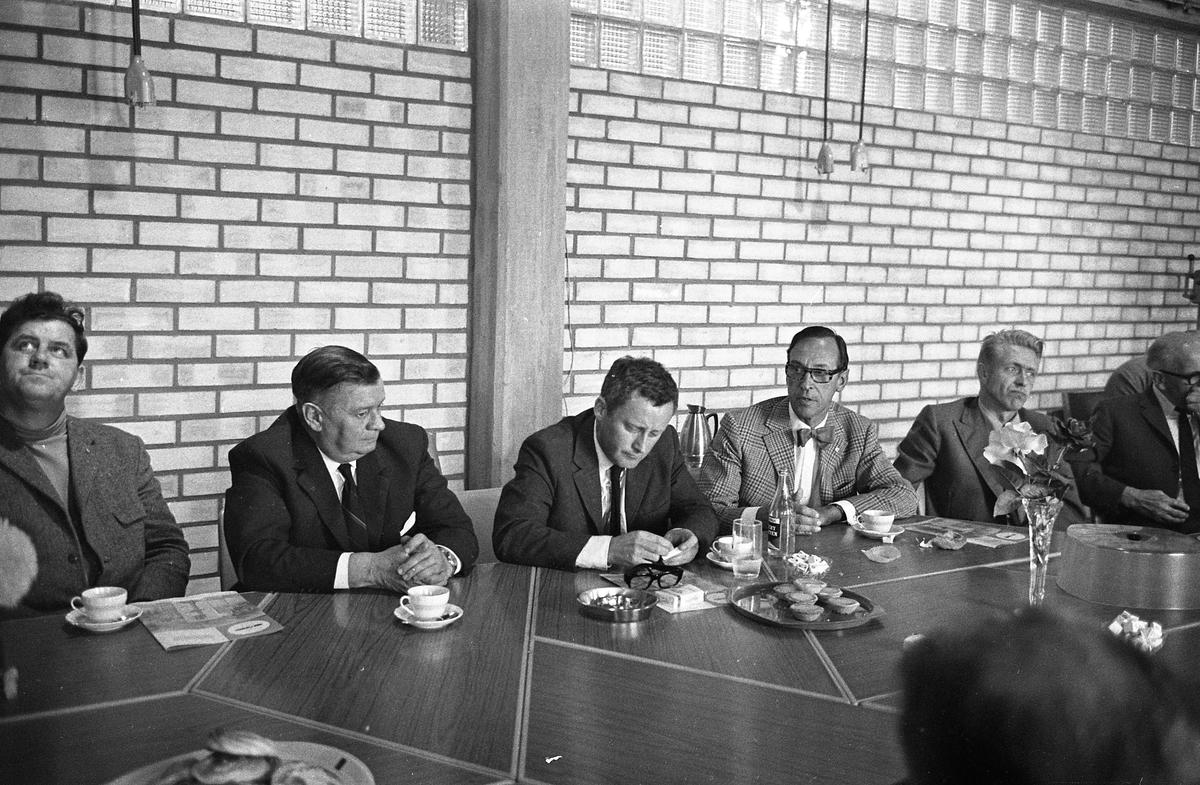 Möte på Arboga Maskiner. Från vänster: Torbjörn Harlin (facklig representant), okänt namn (fackligt ombud för Metallarbetarförbundet), Kjell-Olov Feldt (handelsminister), okänd, Olle Göransson (riksdagsman från Arboga), okänd.
