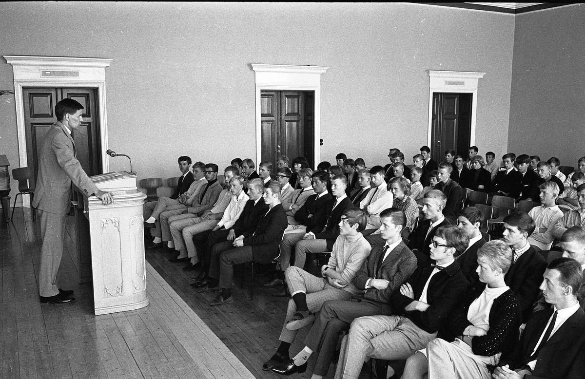 Avslutning för eleverna på yrkesskolan. Rektor Åke Bergström håller tal. (För namn på eleverna till vänster om mittgången, se bild 13490)