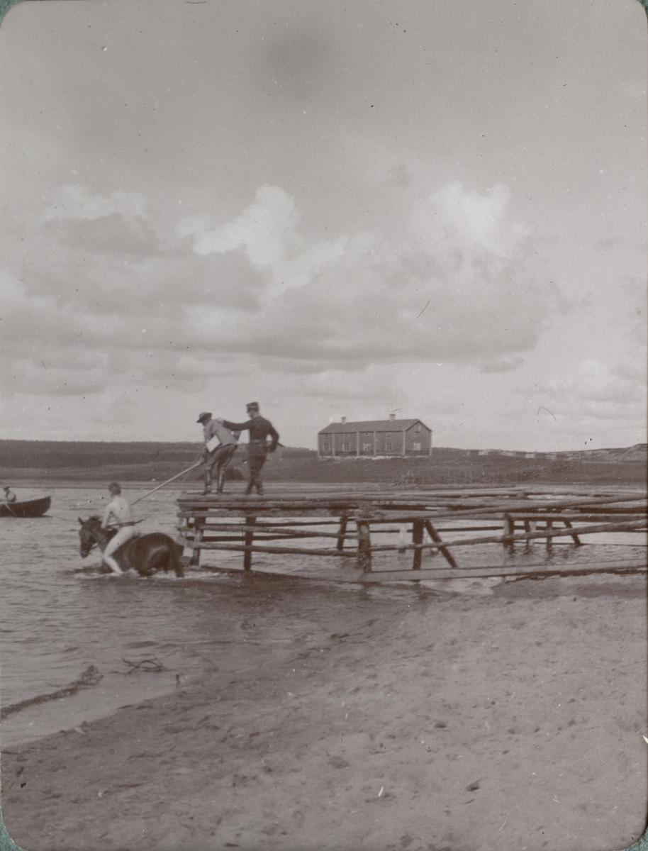 Soldater och häst vid stranden.