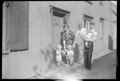 Familien Johansen utenfor Langleiken 9.  Ragnar Johansen står med Sigurd på armen og Olga Johansen med tvillingene Roger og Kent. (Foto/Photo)