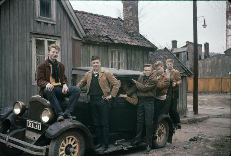 Odd Karlsen, bror til Harald M. Karlsen, var en av de første på «Haugen» som tok høyere utdanning. Her ser vi bilen som han og hans klassekamerater hadde kjøpt som russebil i 1959. Enerhaugsgjengen hjalp til for å få bilen trygt plassert. Bildet er tatt utenfor Langleiken 11. (Foto/Photo)