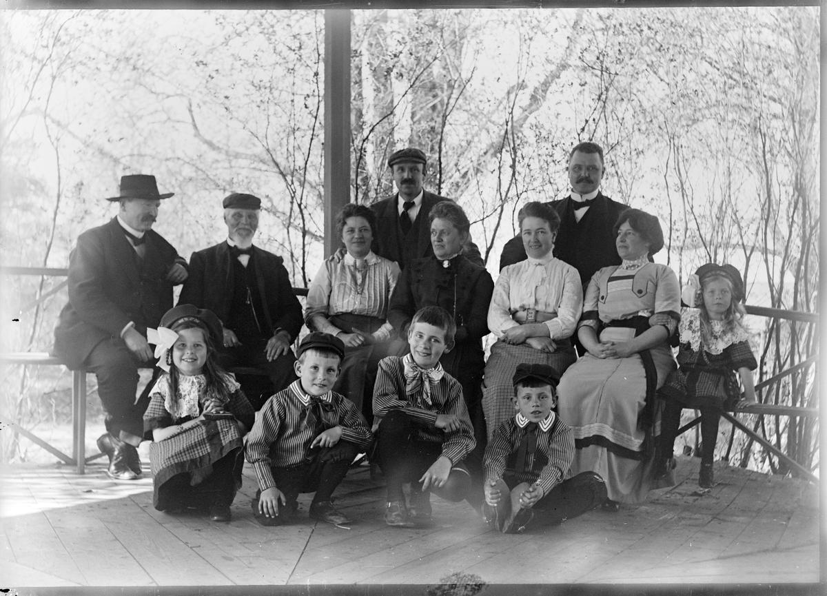 Ruben och Christiane Liljefors med familj och släkt sittande på terassen, sannolikt i Norge eller Sverige