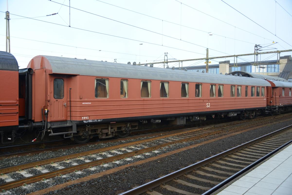 Representationsvagn, tidigare personvagn för generaldirektören SJ Ao3 nr 3945.   Utvändigt ommålad vid Järnvägsmuseet, annars i skick som vid avställningen 1995 och då obetydligt ändrad. Ett antal soffor omklädda 2013 på grund av skador och blekning. Gardinerna är utbytta.  EVN: 55 74 2833 945-0 Boggier: MD56,1