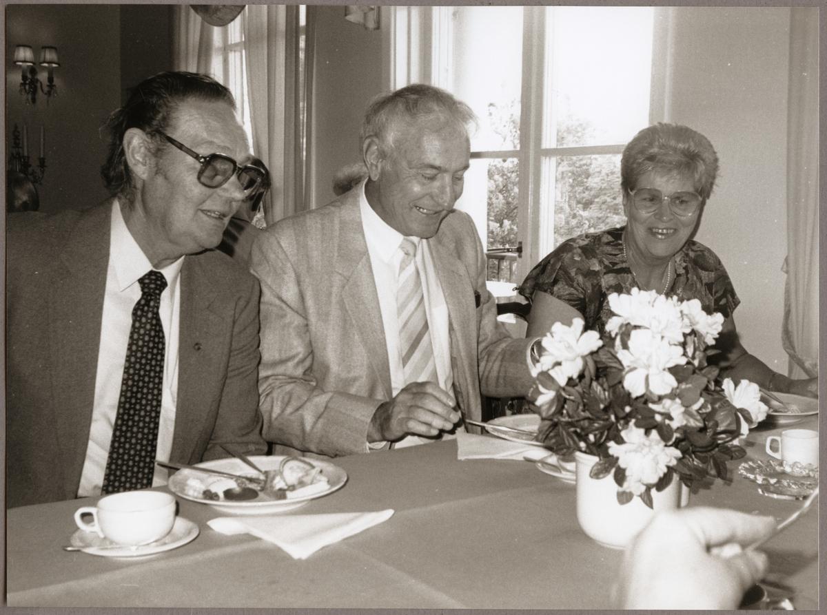 Lennart Korell till vänster, Karl-Erik och Marianne Klahr bjöds på kaffe och landgång på Bångbro Herrgård på Trafikaktiebolaget Grängesberg - Oxelösunds Järnvägar, TGOJ-dagen 1990.