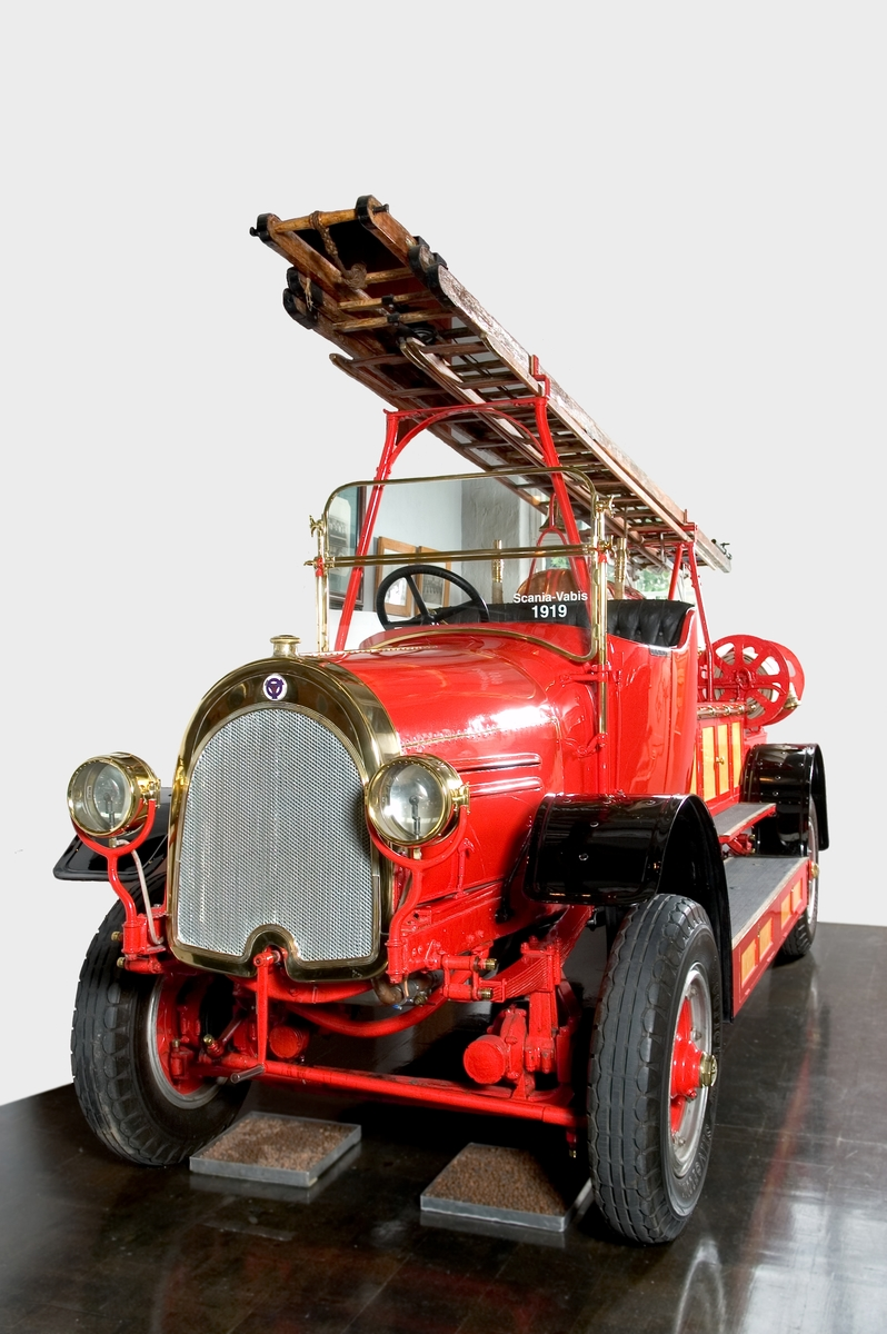 Fyrahjulsdriven brandbil med spruta, S-V modellbeteckning T-1. Motorn för personbilar typ III (1546) tillverkad i Södertälje, chassi m.m. i Malmö. Kraftöverföring med kardan till bakaxeln samt en separat kardan till varje framhjul.  Fyracylindrig bensinmotor, cylindervolym 5,03 liter Effekt 50 hk. Högsta fart cirka 80 km/tim Pris 39 500 kr 1919