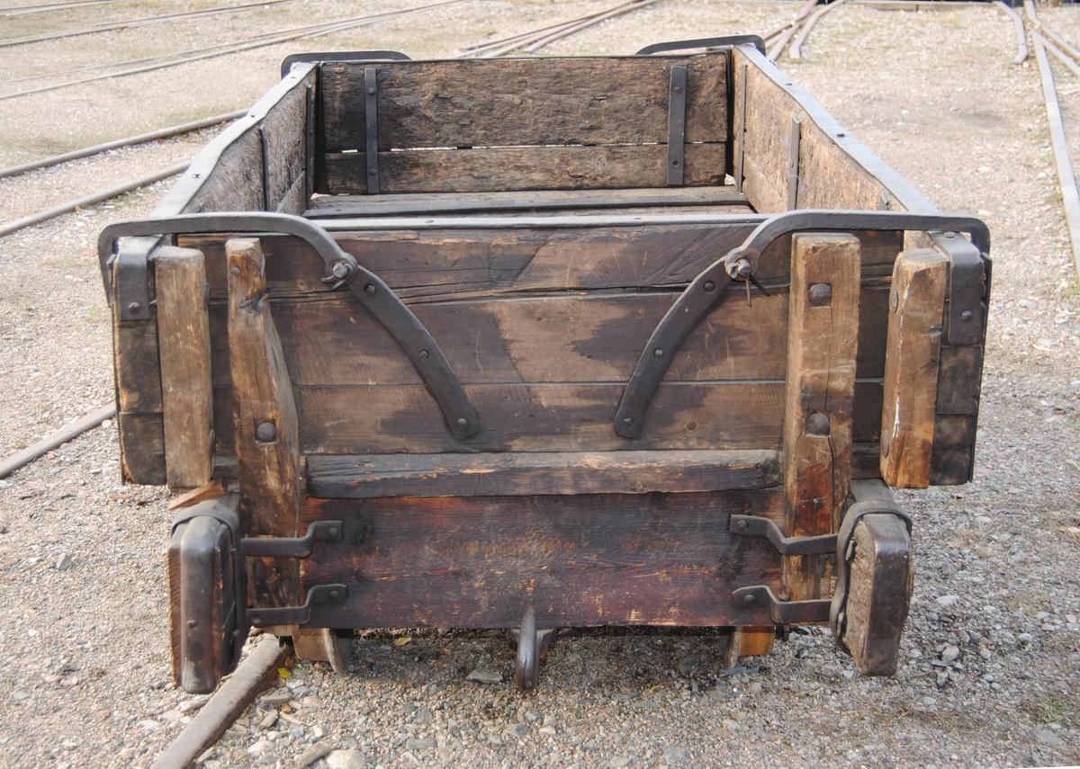 Hästdragen vagn från Kroppa Järnväg, med spårvidd 693 mm. Handbroms som använts när lutningen utför blev för stor.  Jvm00033-1 vagn. Jvm00033-2 skänklar.