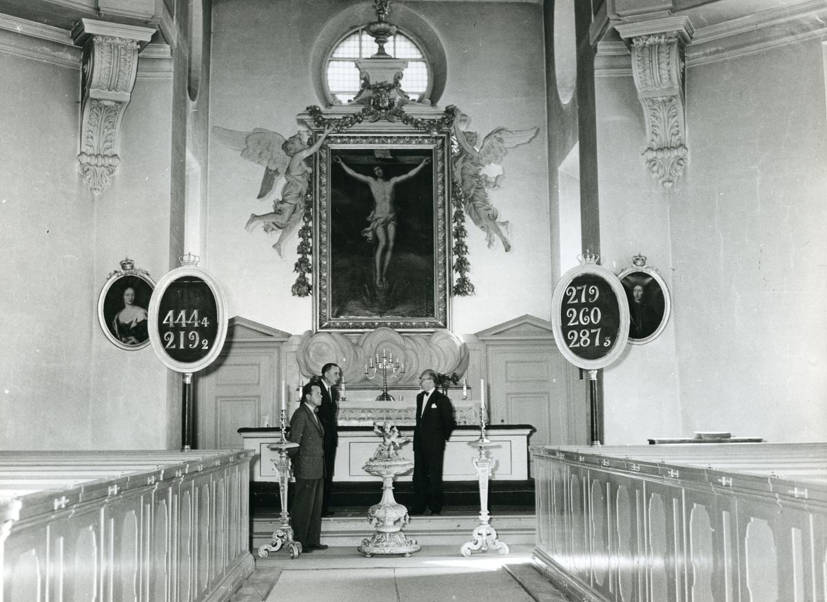 Kung Karl sn, Kungsör. Landshövding Casparsson på besök i Kung Karls kyrka, augusti 1955.