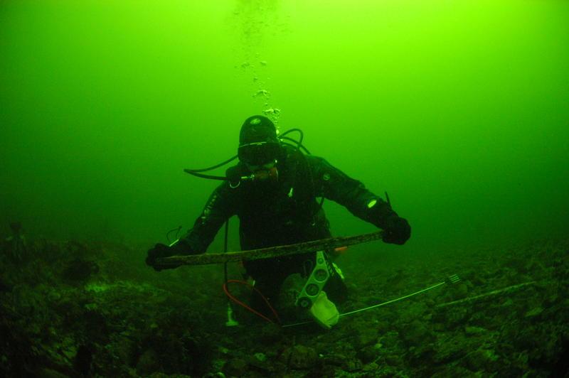 Dykker med funn av brynestein