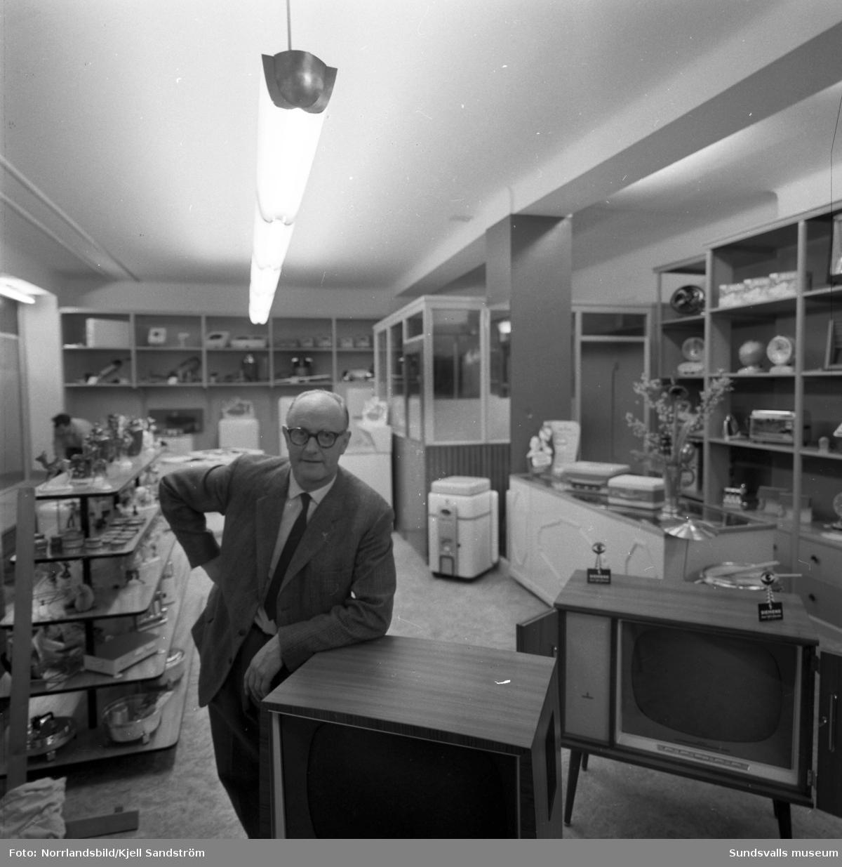 Gustav Amsby i sin butik med elektriska hushållsapparater och Radio&tv har flyttat in i nya lokaler vid Storgatan 1.