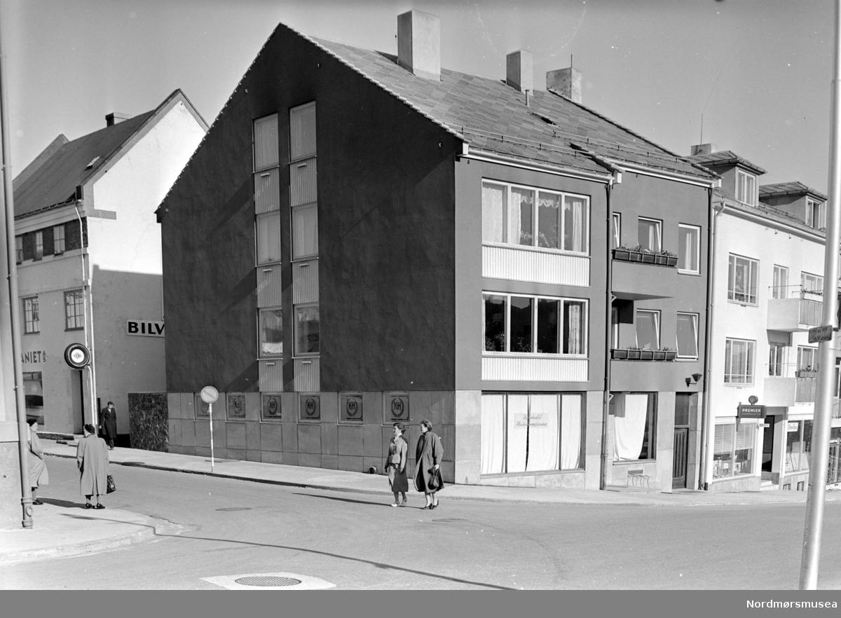 Foto av en bygård. Datering er trolig mellom 1950-1960. Fotograf er Nils Williams i Kristiansund. Fra Nordmøre museums fotosamlinger.