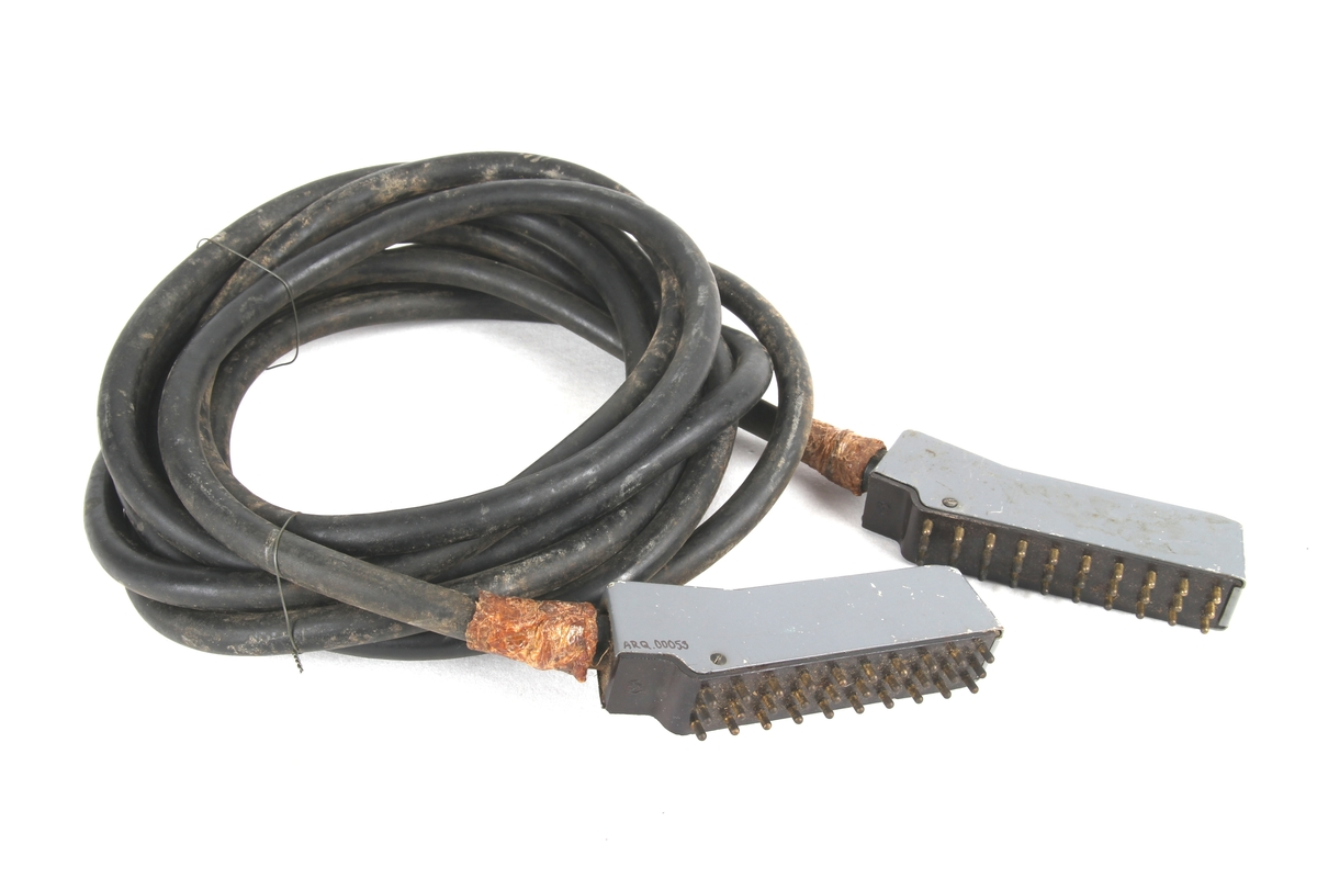 Ledning kveilet sammen i ni runder og festet med ståltråd.