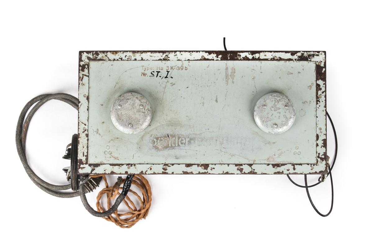 Radiosender med tilhørende øretelefoner, mikrofon og morsenøkkel
