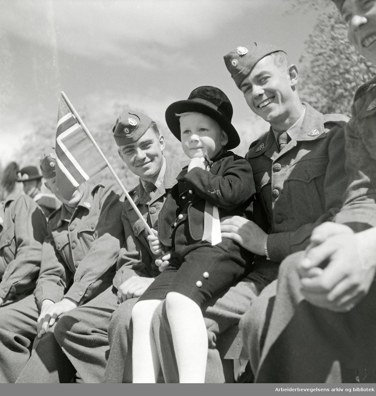 17. Mai 1954. Danske soldater på besøk i Oslo.