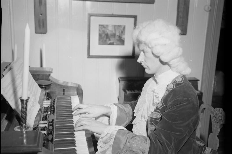 Per Hjort Albertsen (1919-2015) utkledd som Bach ved åpningen av Ringve museum i 1952. Fotograf: Schrøder, Trøndelag Folkemuseum Sverresborg sin samling.
