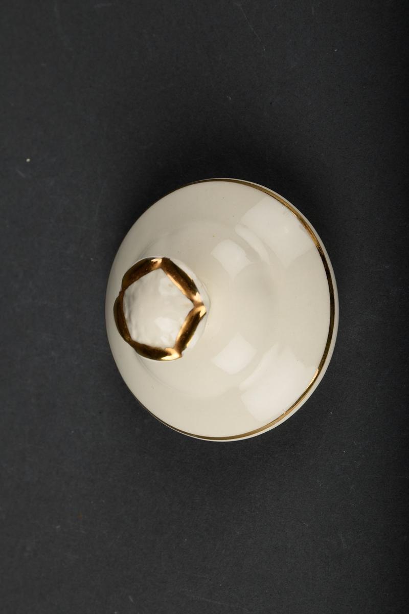 Krukke med lokk og to håndtak. Den er dekorert med to roser. Har også gull-dekor i kantene.