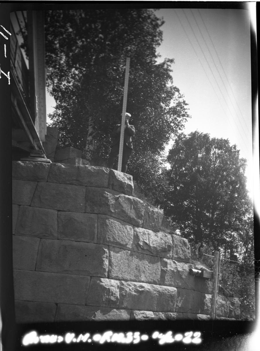 """Gamle Årnes veibru. Ca. 200 meter fra Årnes stasjon. """"Vannmerkets kontrollmerke - F. M. 33 - er der hvor nivelleringsstangen står. Billedet tatt fra båt på elven"""". Glomma."""