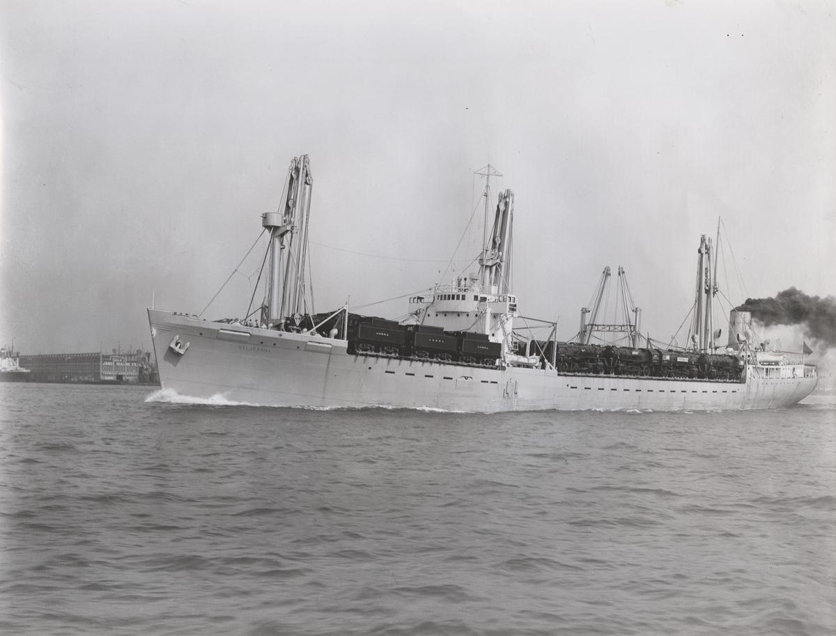 T/S 'Beljeanne' (b.1947)(Vickers-Armstrong Ltd., Newcastle), - full last med U.N.R.R.A lokomotiver på vei fra U.S.A til Kina i 1947.