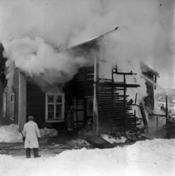 Brandmännen kämpar med att släcka ett övertänt bostadshus i