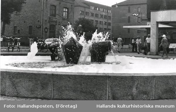 """Bildtext i Hallandsposten: """"Skumbad eller ofog i fontänen vid Domus 6/8 1973."""" Torellbrunnen/-monumentet"""