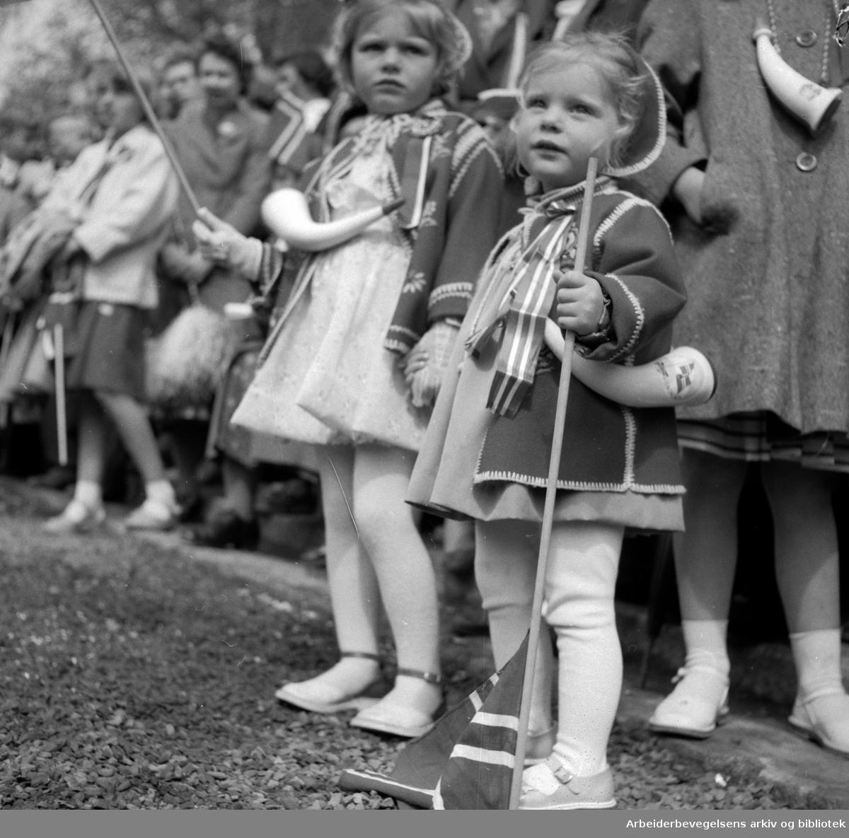 17. mai 1956. Unge tilskuere.