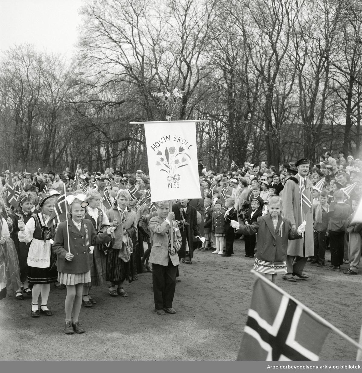 Hovin Skole med hjemmelaget fane i 17. mai-toget 1955.
