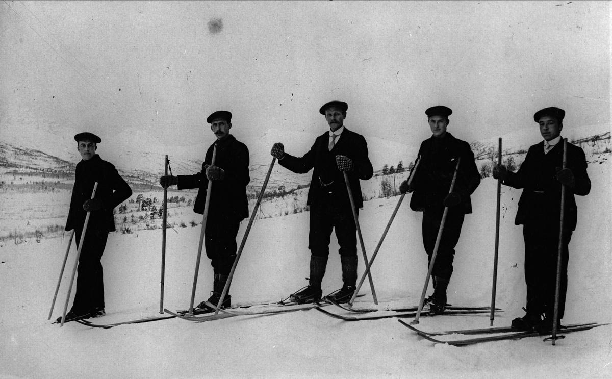 Lars Vasli, Arnt Vasli, Lars Stenboeng, Bård Vasli og Jo eller Martinius Vasli på skitur i Trollheimen.