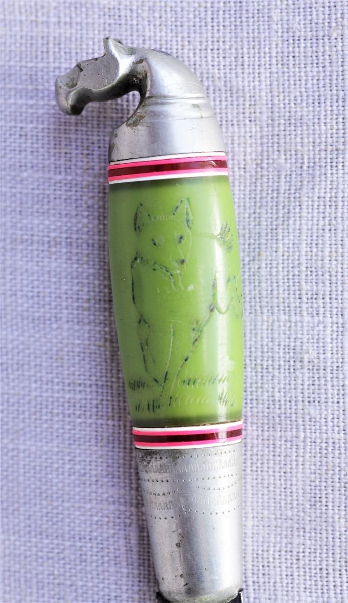 Kniv med grønt skaft der enden er formet som et hestehode.  På skaftet er det skåret inn et omriss av en ulv (eller rev). Metallbåndet rundt skaftet er preget med border. En inskripsjon på selve knivbladet er vanskelig å lese.