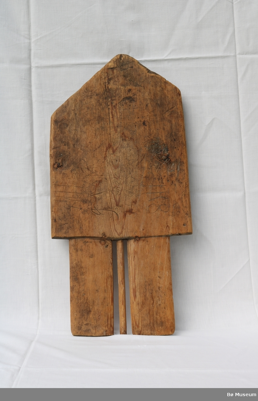 """Form: Som gavlen på eit hus, står på 3 """"bein"""""""