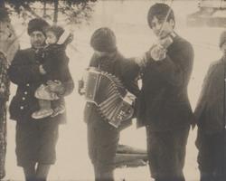 Några män spelar musik tillsammans. De tillhör den grupp rom