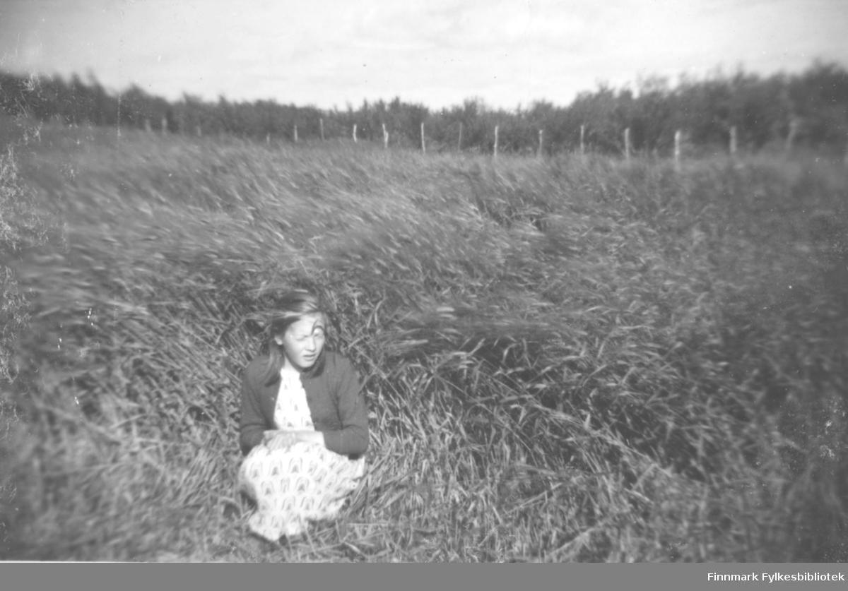Anna Agnethe Mathisen fotografert ute i åkeren i Oterbekken.