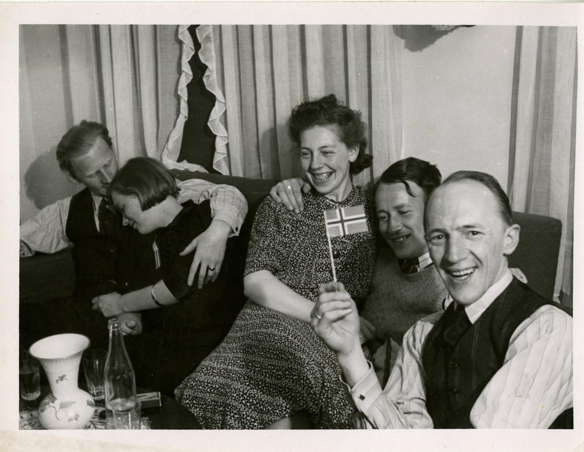 I lystig lag. Fra venstre: Torbjørn Baustad, Gerd Baustad, Agnes Ranum Granholt, Ingolf Schanke og Sverre Granholt