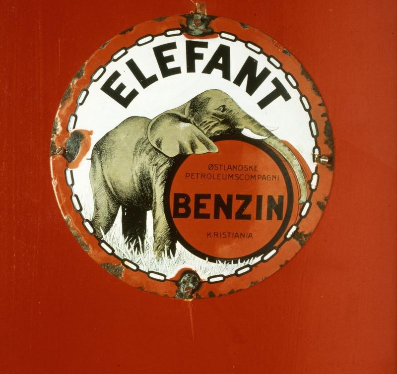 Reklame for Elefant Benzin. Foto: Statsarkivet i Stavanger.