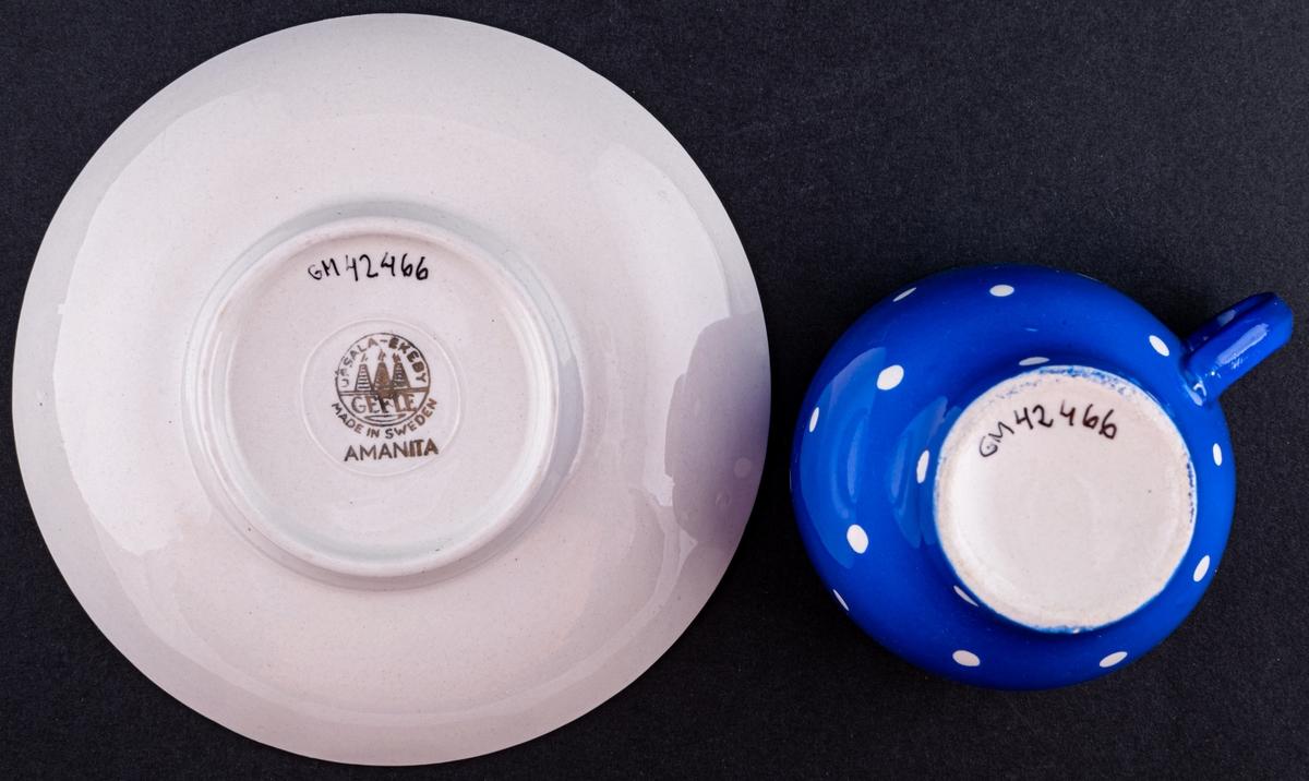 Kaffekopp med fat,modell AI i dekoren blå Amanita. Dekoren är i en blå glasyr med vita prickar.