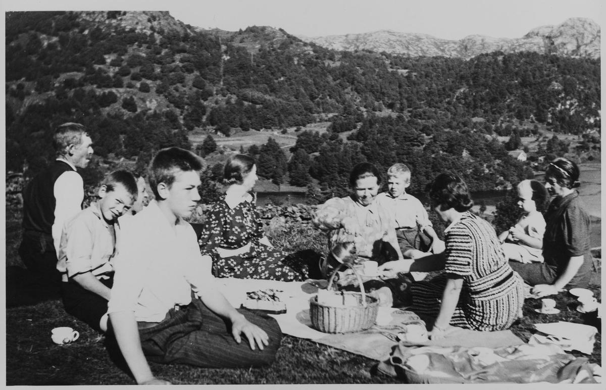 Familie på piknik på fjellet på Lindland