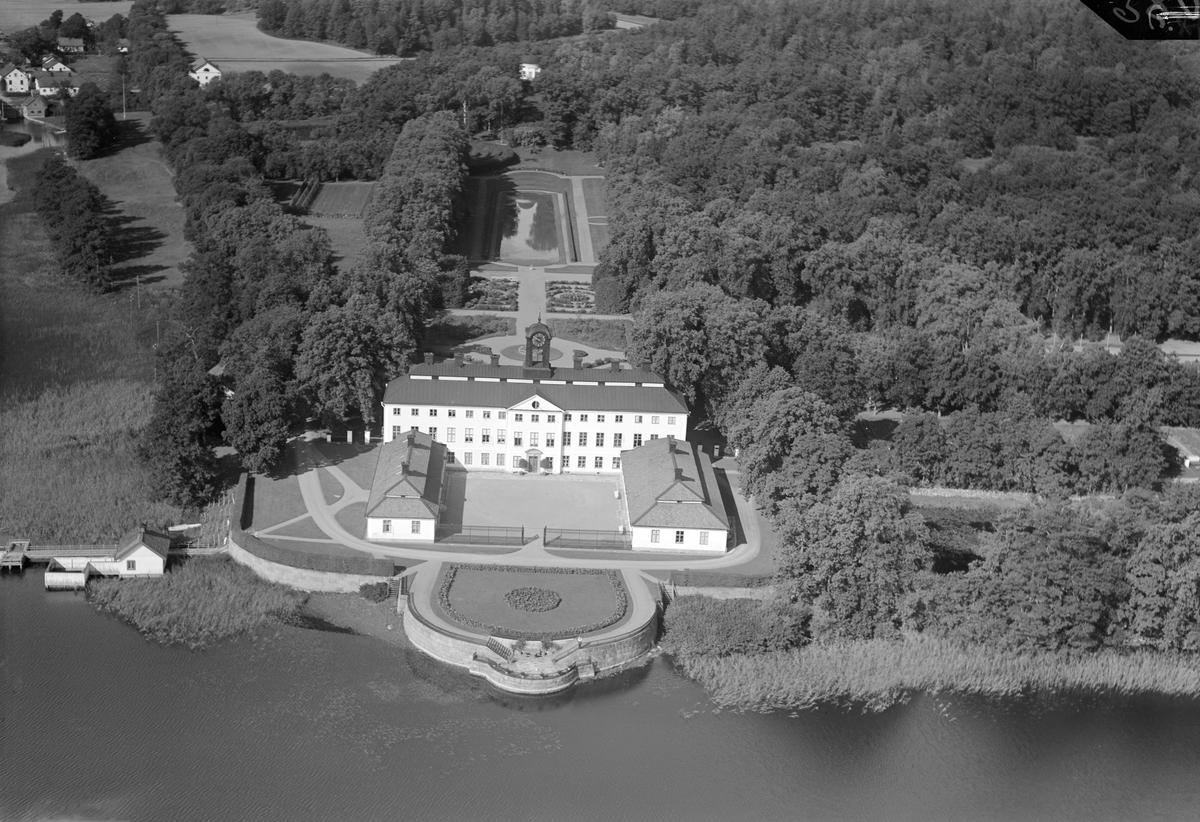 Sturefors slott är vackert beläget invid sjön Erlången. Slottet stod färdigt omkring 1710. Byggherre var Karl XII:s mäktige kanslichef greve Carl Piper och till hjälp att uppfylla sina önskemål knöt han den synnerligt välrenommerade arkitekten Nicodemus Tessin d. y. för uppdraget. Vid tiden för bilden disponerades fideikommisset av greveparet Thure-Gabriel Bielke och Birgitta Mariana Sparre.