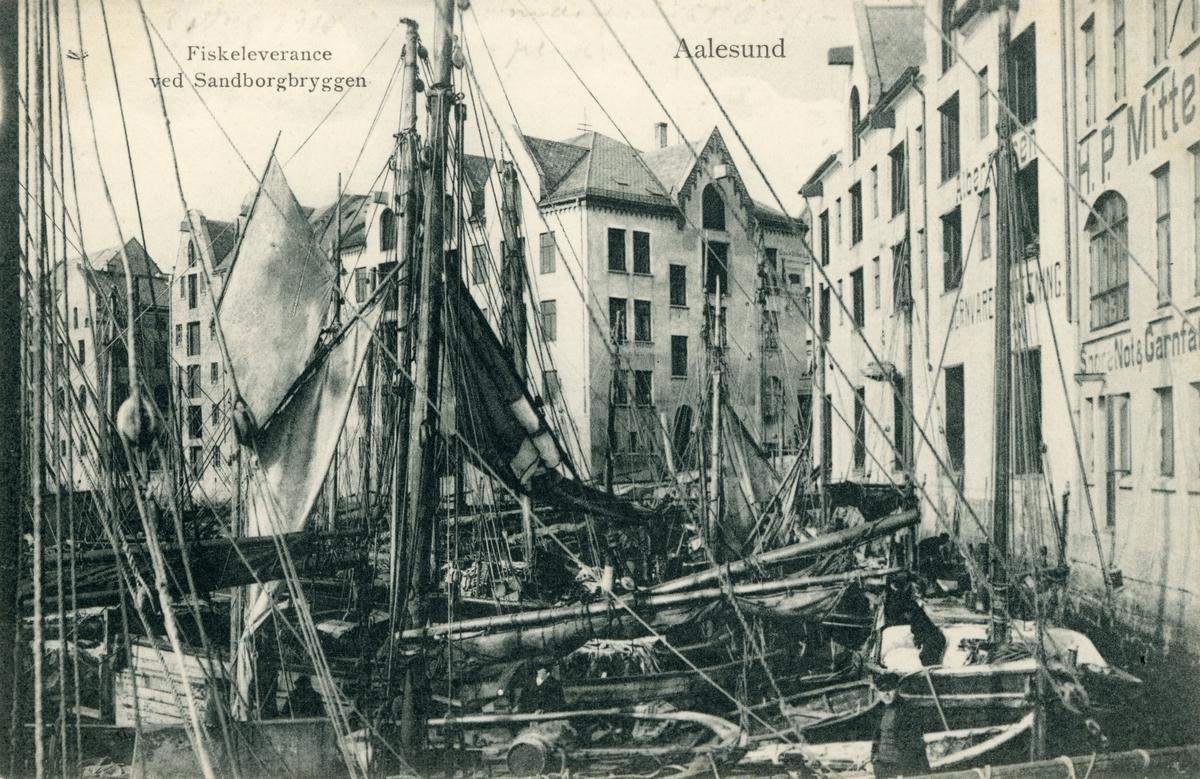 Motiv av flere fiskebåter til kai ved Sandborgbryggen i Ålesund.