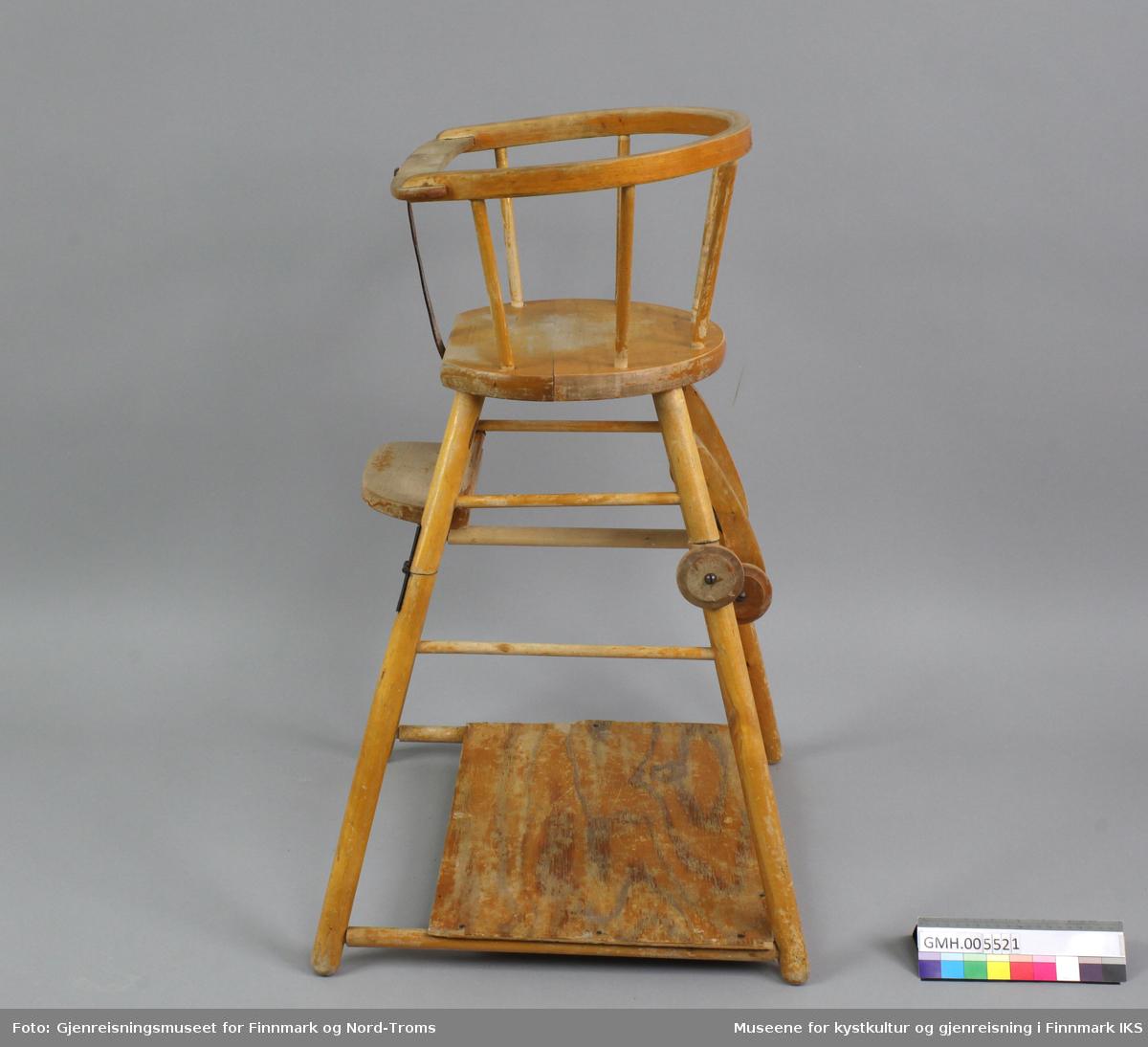 Barnestolen har et avrundet sete og ryggstø. Den har en fotskammel og et tverrstag oppe, foran på sitteanordninga. Det er festet ei lærreim vertikalt på midten mellom setet og tverrstaget. Stolen kan settes i to ulike posisjoner: oppslått er den høy og kan stå ved bordet, sammenslått er den lav, har bord og kan trilles på hjul  av tre. Hengslene midt på stolbenene gjør den sammenleggbar og spiralfjærene samt kroker av tre holder stolen fast i oppreist posisjon. Barnestolen er konstruert for mating av barn.