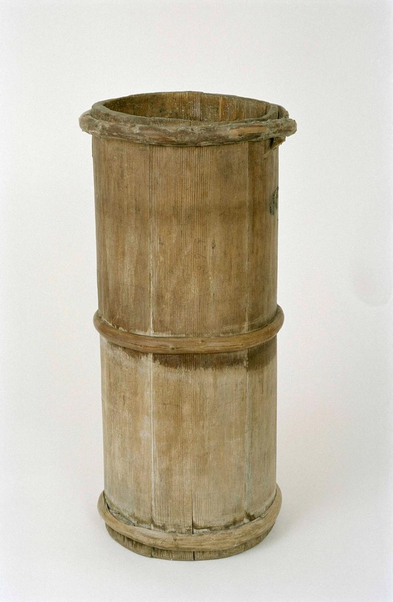 Ljuskärna, laggad, av barrträ, cylindrisk, omålad, sju stavar och tre vidjor.