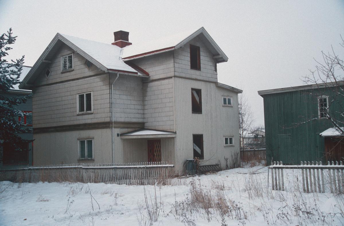 Lillehammer.  Tidligere Fåberggata 105.  Både hovedhuset og uthuset ble revet for nytt posthus.  Sett mot nord-vest fra bakgården.