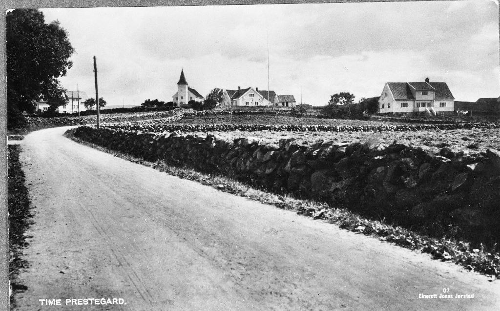 Frå venstre Time kyrkje. Deretter Time Ungdomshus og så Time prestegard bygd ca 1929.