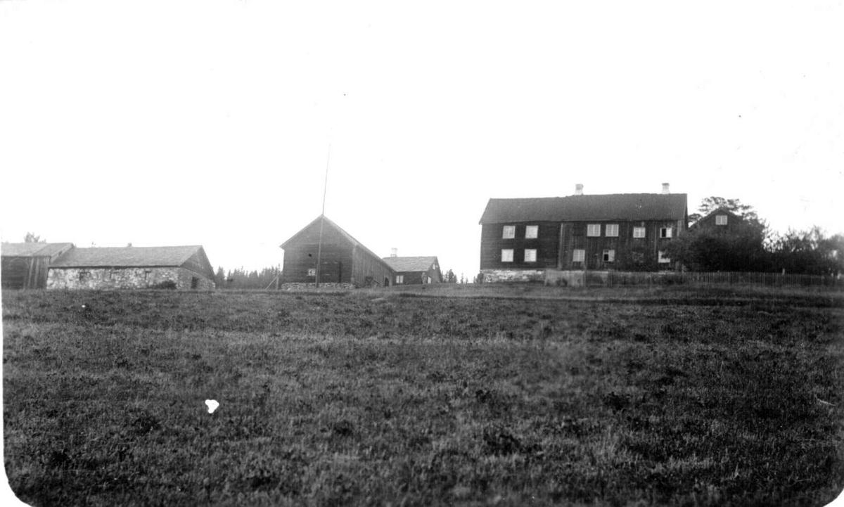Repro: Gårdsbruk med våningshus, steinfjøs og låve.