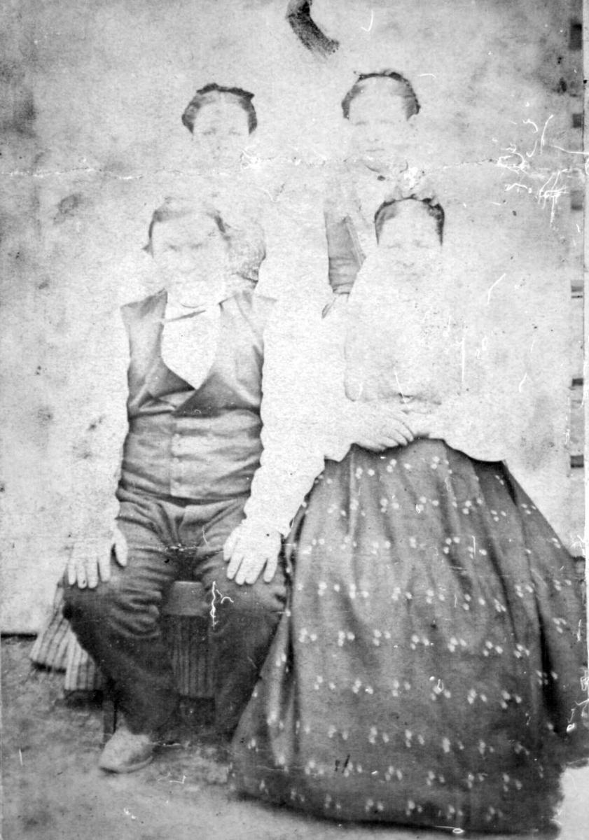 Repro: Familiebilde. Eldre ektepar med to døtre.