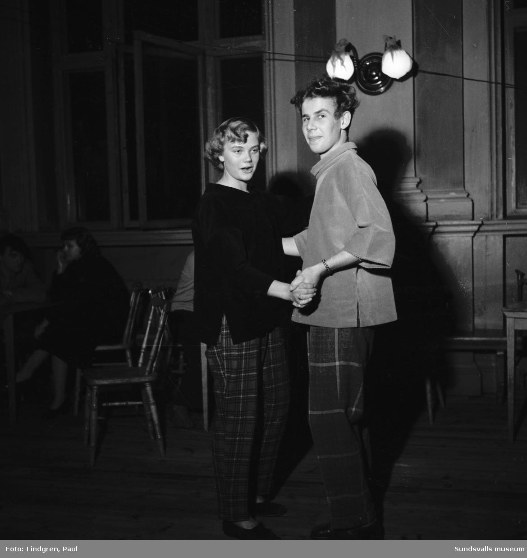 """SGF:s (Sundsvalls Gymnasiiförbund) existentialistbal i Läroverkets aula. Underhållningen bestod i övrigt av diktläsning med existentialistiskt tema och korande av kvällens """"existentialissa"""" Inger Westerlund. På bilden ses Katrin Edlund och Lars-Ove Olsson dansa."""