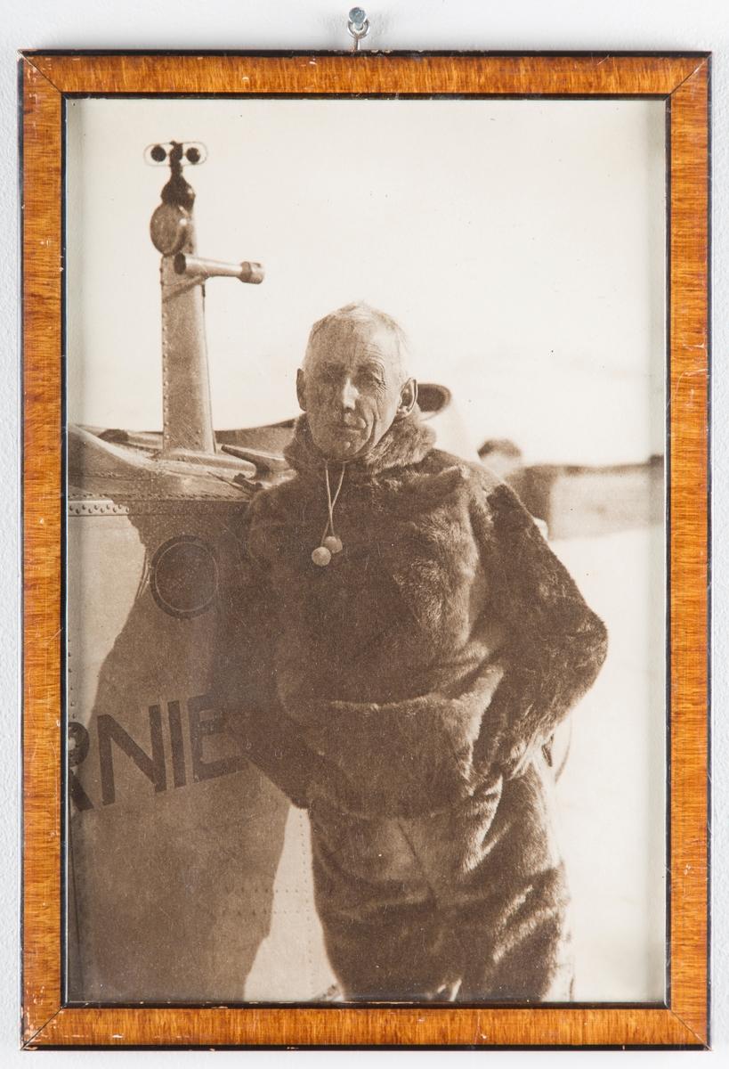 "Roald Amundsen foran flyet ""Dornier Wahl""."