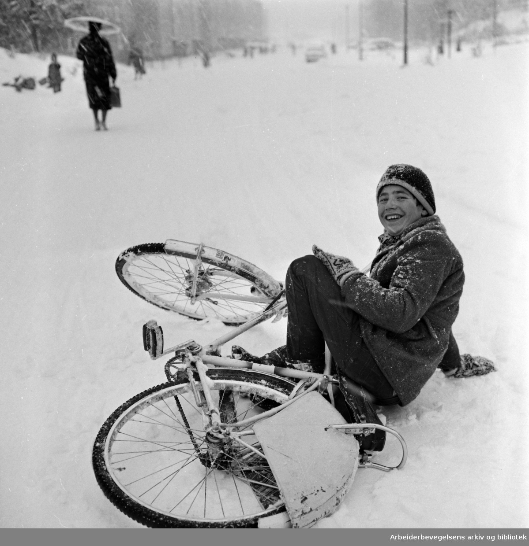 Den første snøen, vinteren 1960. Gutt med sykkel. Veltet. Ukjent. 02.11.1960