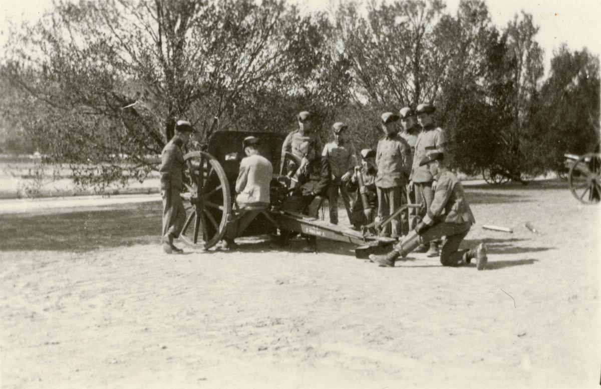 Elever från Krigsskolan Karlberg övar med 7,5 cm kanon m/1902.