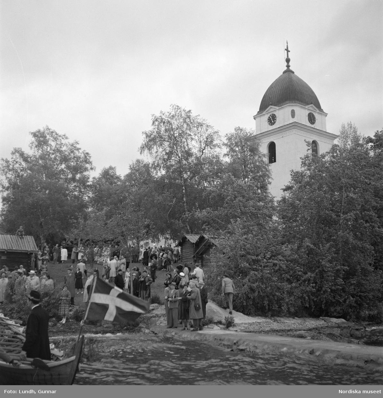 Motiv: (ingen anteckning) ; En man i folkdräkt står i en kyrkbåt, en folksamling står vid Rättviks kyrka, utsikt genom ett fönster med människor som går på en väg, interiör av en kyrka med besökare, en person tar upp kollekt.