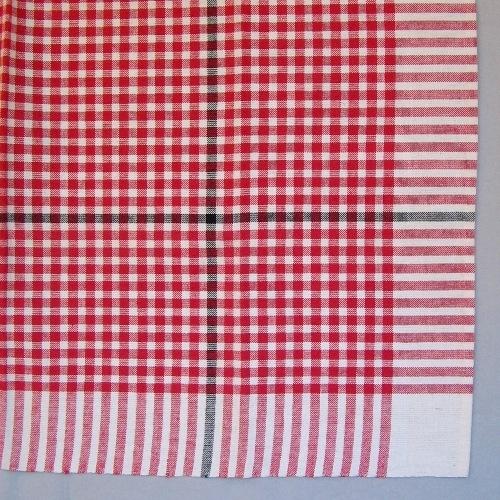 """Smårutig duk vävd i tuskaft av cottolin i blekt och rött med en effektrand i svart. Runt kanten är det ett enfärgat blekt parti 95 mm brett.  Den svarta effektranden är 300 mm in från kanten i ena sidan. Den svarta effektranden i både varp och inslag gör att duken får två olika motstående hörn. Duken har en smal tråcklad fåll i två sidor.  I ett av hörnen är en pappersetikett fastsatt med häftklammer. Texten lyder: """"BLOCKRUTA COTTOLIN 100x100 CM"""". På andra sidan av etiketten är det en tryckt spånfågel med texten """"LÄNSHEMSLÖJDEN SKARABORG"""".   Duken med modellnamnet Blockruta är formgiven av Ann-Mari Nilsson och tillverkad av Länshemslöjden Skaraborg. Se även inv.nr. 148 Duk i annan färgställning."""