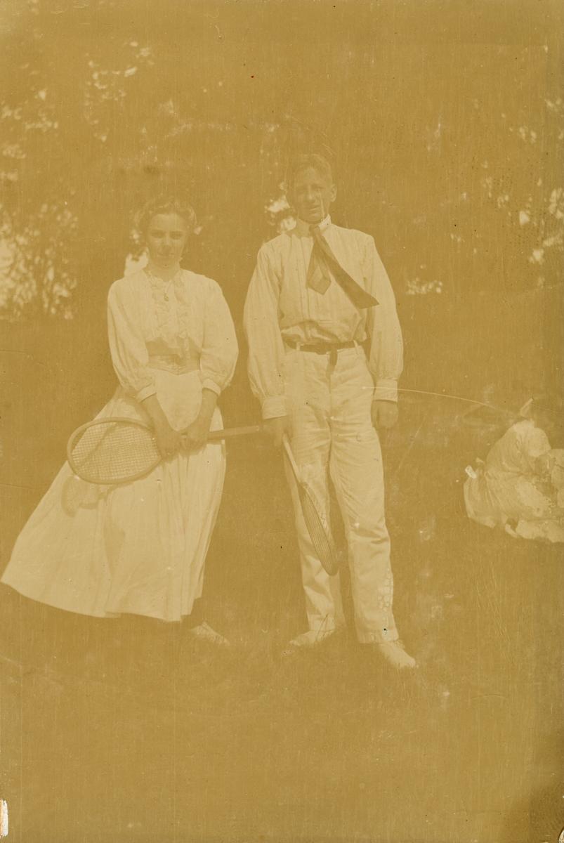 Sofia och Johan De la Gardie i tenniskläder.